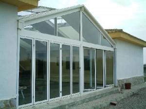 Cerramiento completo en aluminio blanco y cristales con cámara aislante